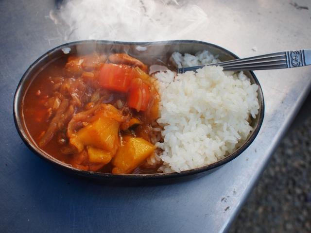 キャンプで飯盒炊飯!合わせて食べたいカレーの作り方!