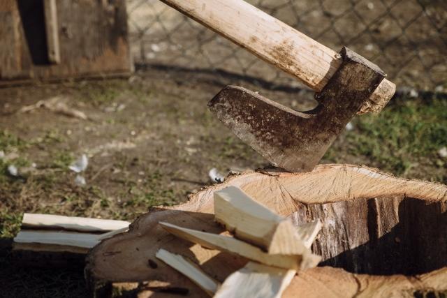 薪割の必需品!キャンプで使いやすい斧と鉈をご紹介!