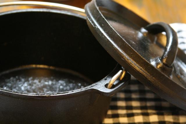 ダッチオーブンをシーズニング!炭火や薪で行うのが正しい?