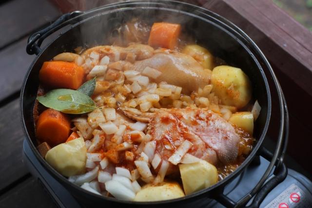 風邪をひいたらこれ!ダッチオーブンで作る丸鶏チキンスープ