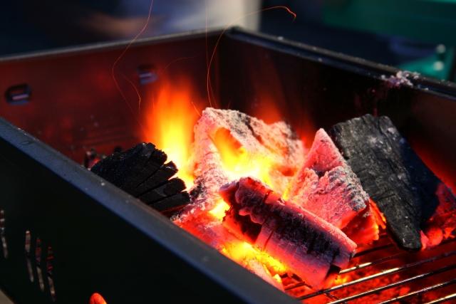 バーベキューの食材のおいしさを左右する!炭の火起こし方法