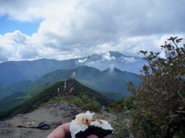 ハイキングに必要な持ち物と行動食としての食べ物は?